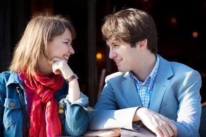 Intensiver Blickkontakt beim ersten Date.
