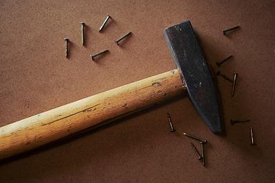 Bild Hammer mit Nägeln