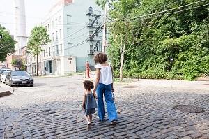Mutter und Tochter laufen.