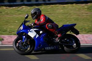 Bild blaues Motorrad auf Rennstrecke