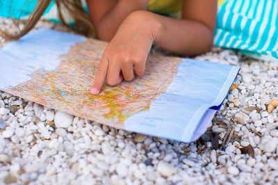Bild Kind mit Wanderkarte